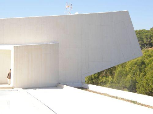 Parte exterior del salón de actos del OMAU.