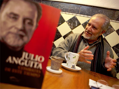 Julio Anguita presentando su nuevo libro