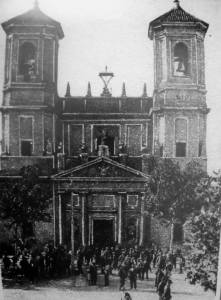 La iglesia, con dos imponentes árboles a sus costados.
